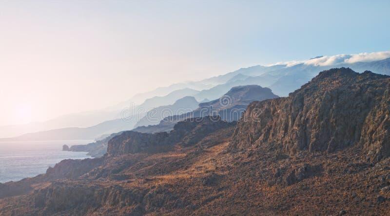 Belles montagnes et panorama du soleil de soirée images libres de droits
