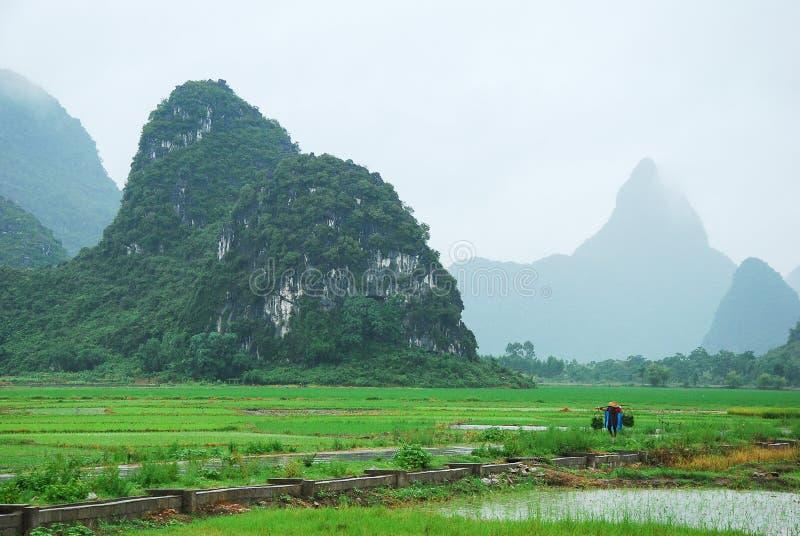 Belles montagnes et paysage rural en pleuvant photos libres de droits
