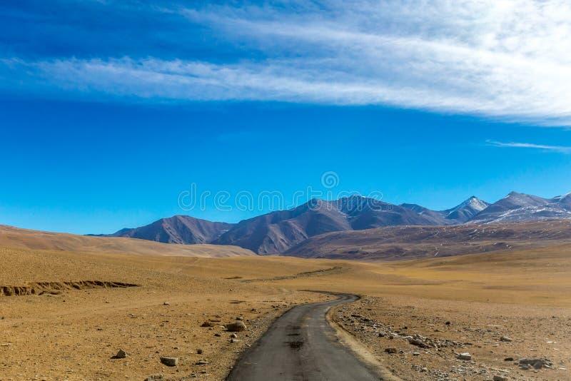 Belles montagnes sur Leh images stock