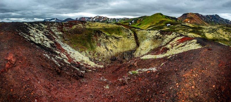 Belles montagnes volcaniques colorées Landmannalaugar en tant que région sauvage pure en Islande, heure d'été, vue dramatique photos stock