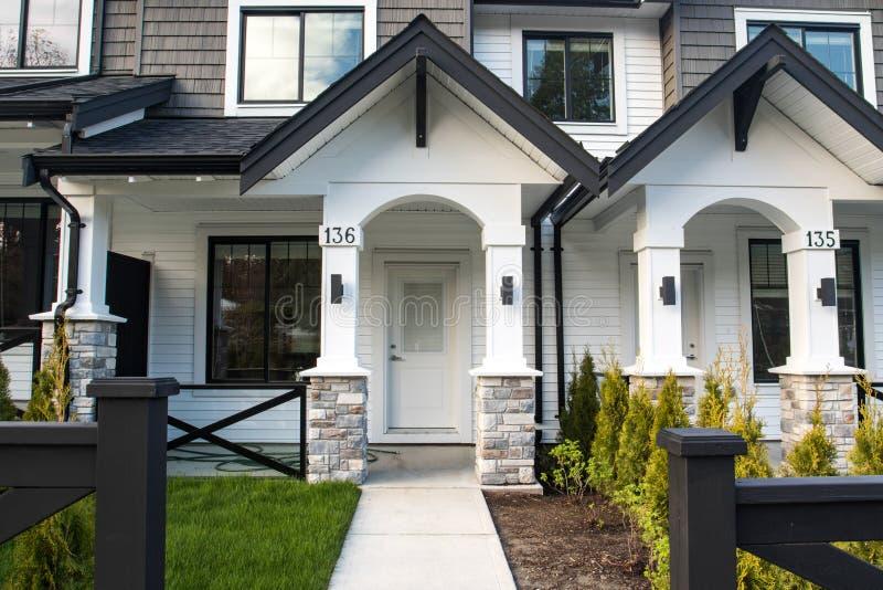 Belles nouvelles maisons de ville ci-jointes suburbaines contempory dans un voisinage canadien photographie stock