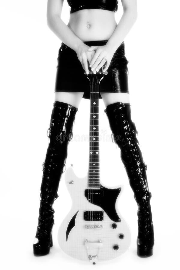 Belles pattes et guitare photographie stock libre de droits