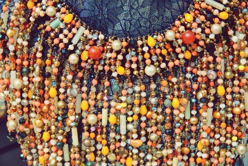 Belles perles de luxe colorées de bijoux d'accessoire de mode avec le fond lumineux de cristaux photos libres de droits