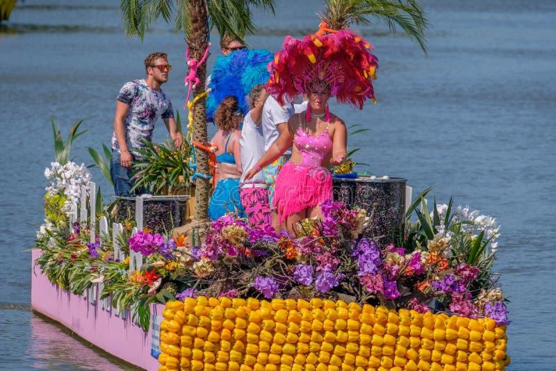 Belles personnes de danse habillées sur une île tropicale de flottement images stock