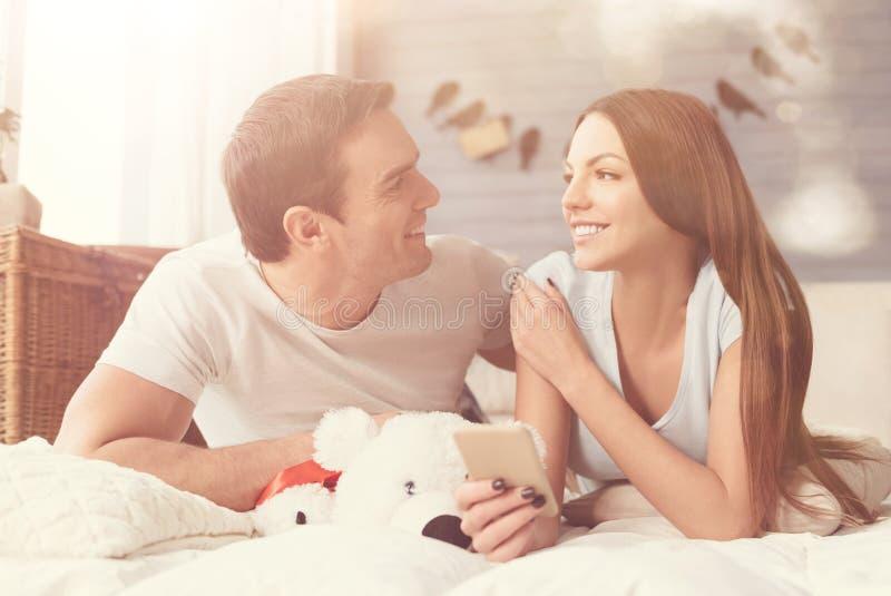 Belles personnes intelligentes se sentant heureuses ensemble photographie stock