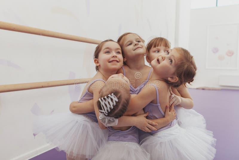 Belles petites ballerines au studio de danse image stock