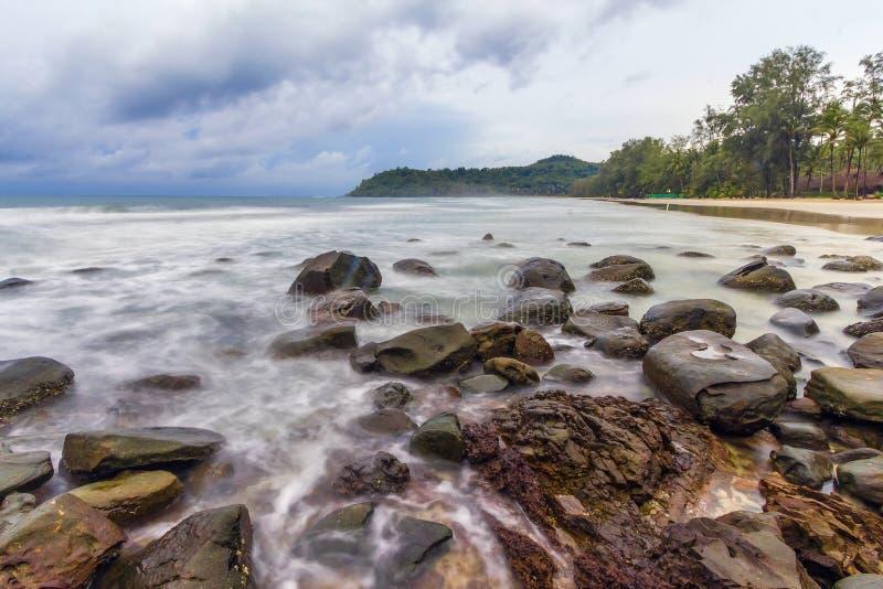 Belles plage et pierre à l'île de Kood photo stock