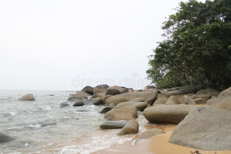 Belles plage et pierre Indonésie Temajuk images libres de droits