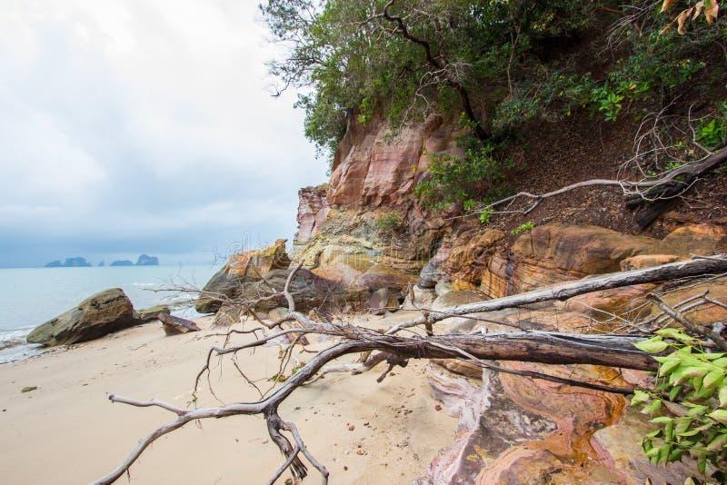Belles plage et roches sur le chemin à Laem Chamuk Khwai dans la lanière de Khao, secteur de Mueang Krabi, province de Krabi, Tha photos libres de droits