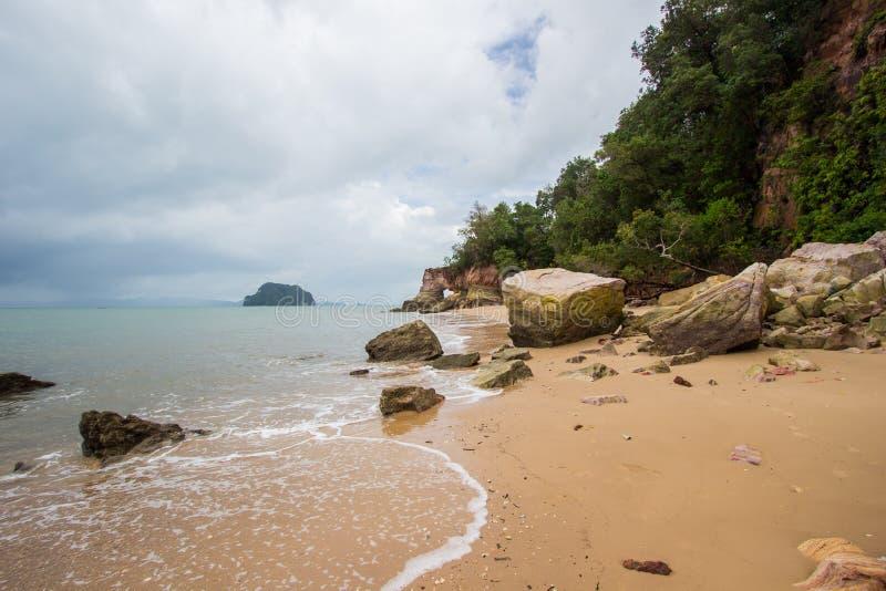 Belles plage et roches sur le chemin à Laem Chamuk Khwai dans la lanière de Khao, secteur de Mueang Krabi, province de Krabi, Tha images stock