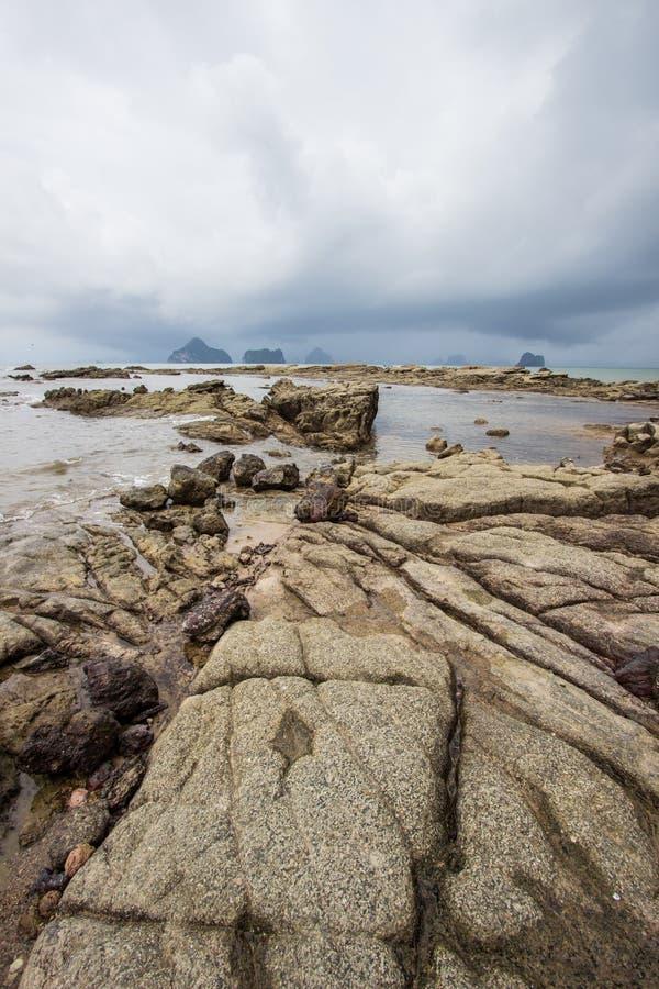 Belles plage et roches sur le chemin à Laem Chamuk Khwai dans la lanière de Khao, secteur de Mueang Krabi, province de Krabi, Tha photo libre de droits