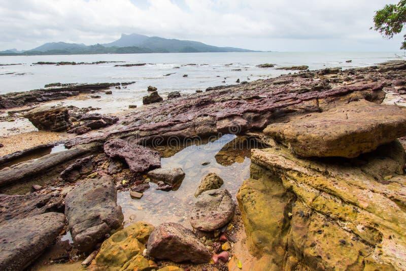 Belles plage et roches sur le chemin à Laem Chamuk Khwai dans la lanière de Khao, secteur de Mueang Krabi, province de Krabi, Tha photos stock