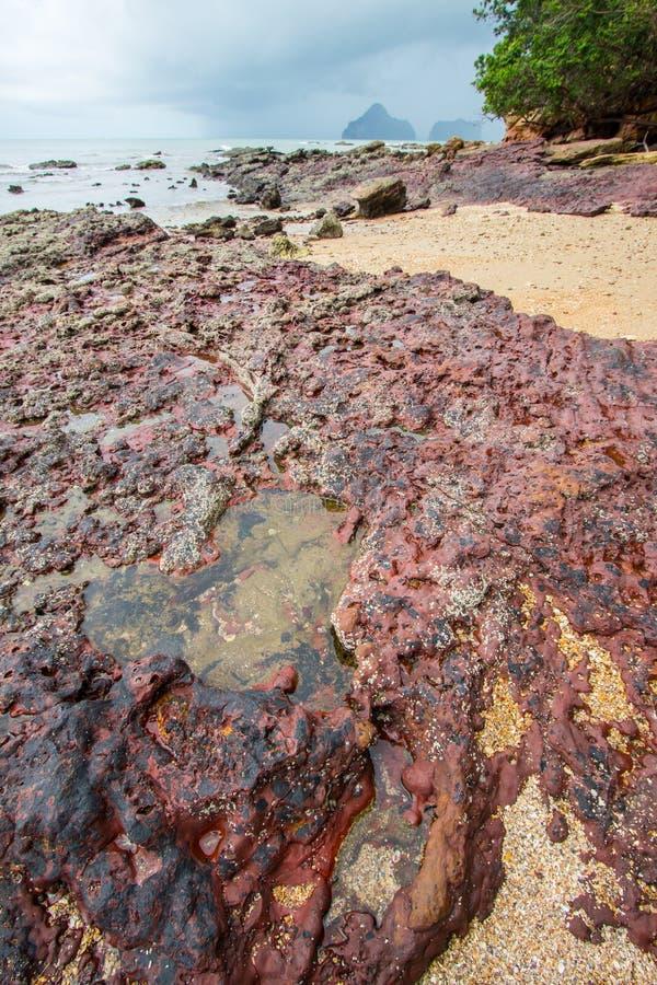 Belles plage et roches sur le chemin à Laem Chamuk Khwai dans la lanière de Khao, secteur de Mueang Krabi, province de Krabi, Tha images libres de droits