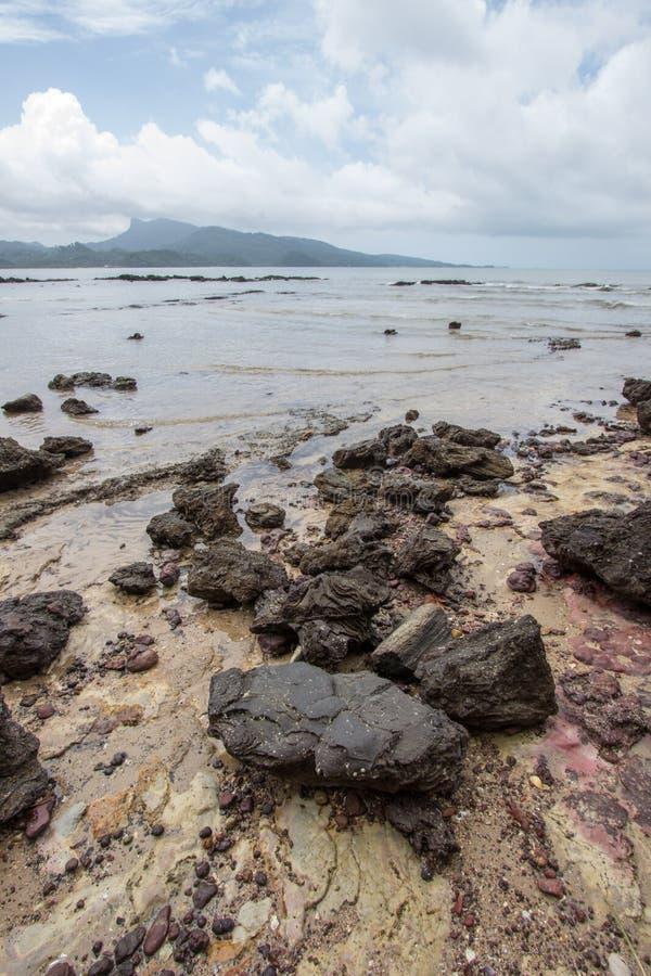 Belles plage et roches sur le chemin à Laem Chamuk Khwai dans la lanière de Khao, secteur de Mueang Krabi, province de Krabi, Tha photographie stock