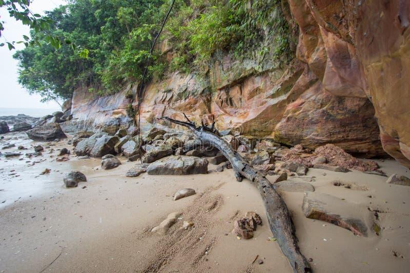 Belles plage et roches sur le chemin à Laem Chamuk Khwai dans la lanière de Khao, secteur de Mueang Krabi, province de Krabi, Tha image libre de droits