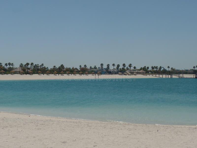 Belles plages sablonneuses sur une station de vacances de luxe d'île photographie stock libre de droits