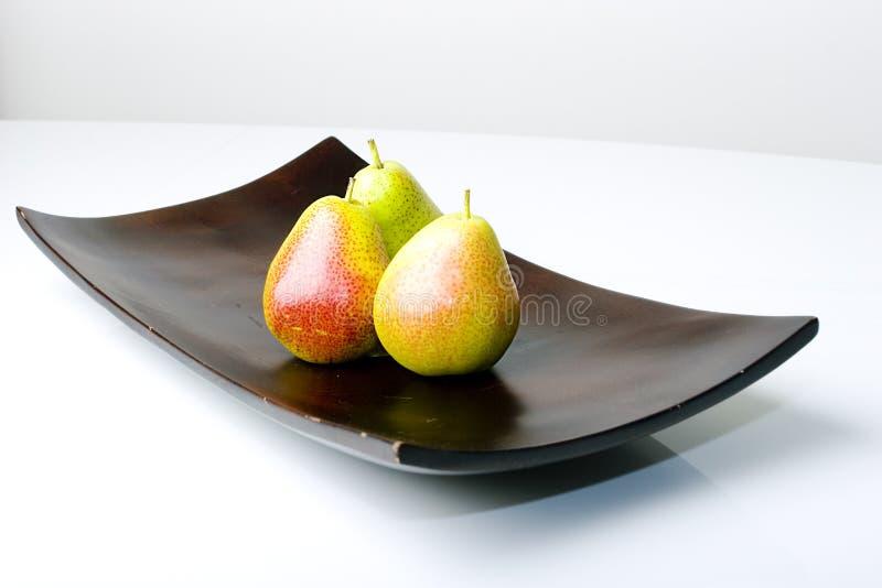 Belles poires délicieuses dans un vase moderne à type photos stock