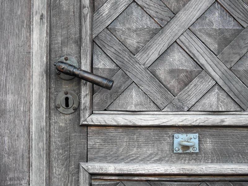 Belles porte et poignée en bois photographie stock libre de droits