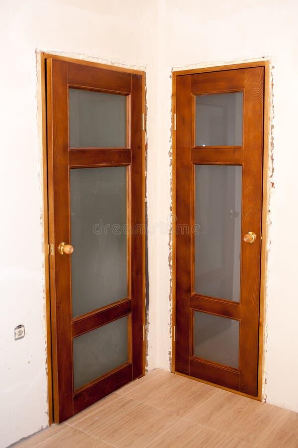 Belles portes en bois installées dans la maison photo libre de droits
