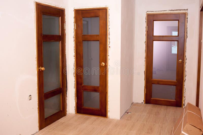 Belles portes en bois installées dans la maison images libres de droits