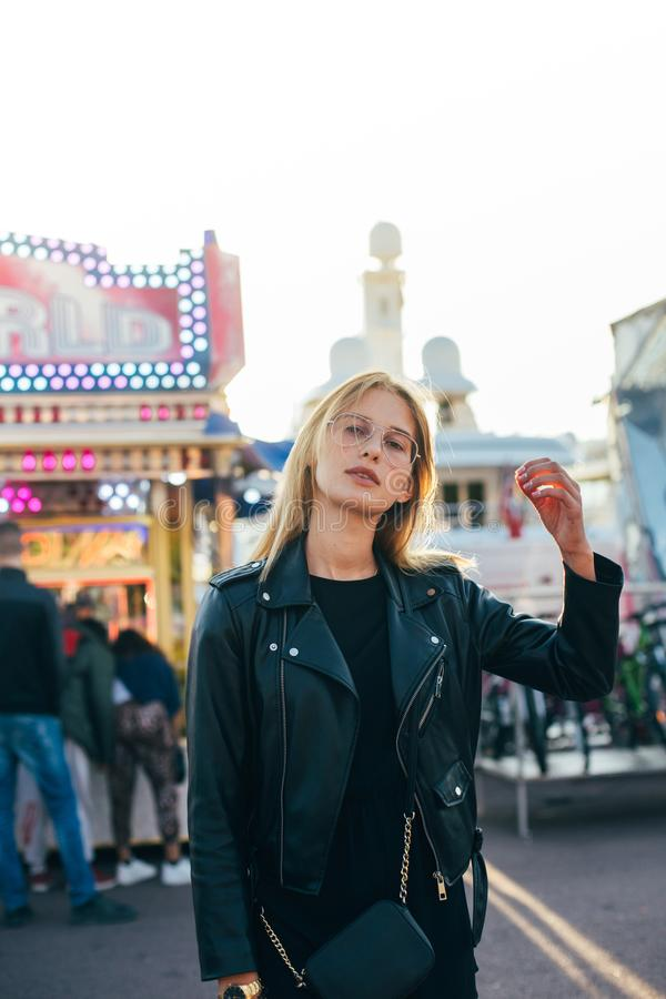 Belles poses blondes de modèle au parc d'attractions image stock