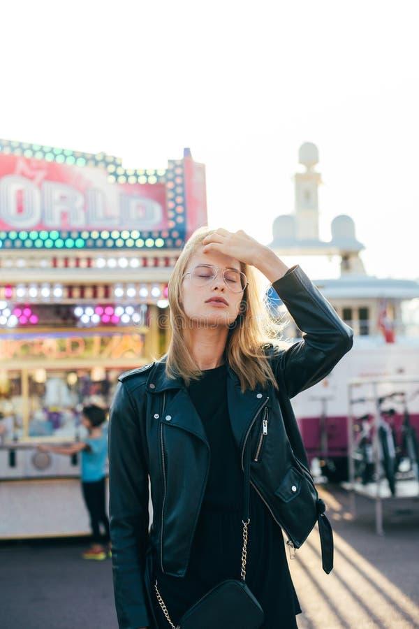 Belles poses blondes de modèle au parc d'attractions image libre de droits