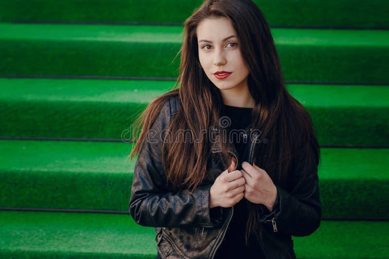 Belles poses de brune pour des photos photographie stock libre de droits