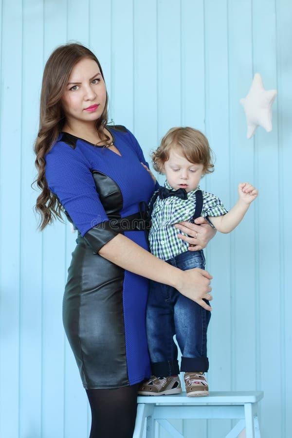 Belles poses de femme avec son petit fils photographie stock libre de droits