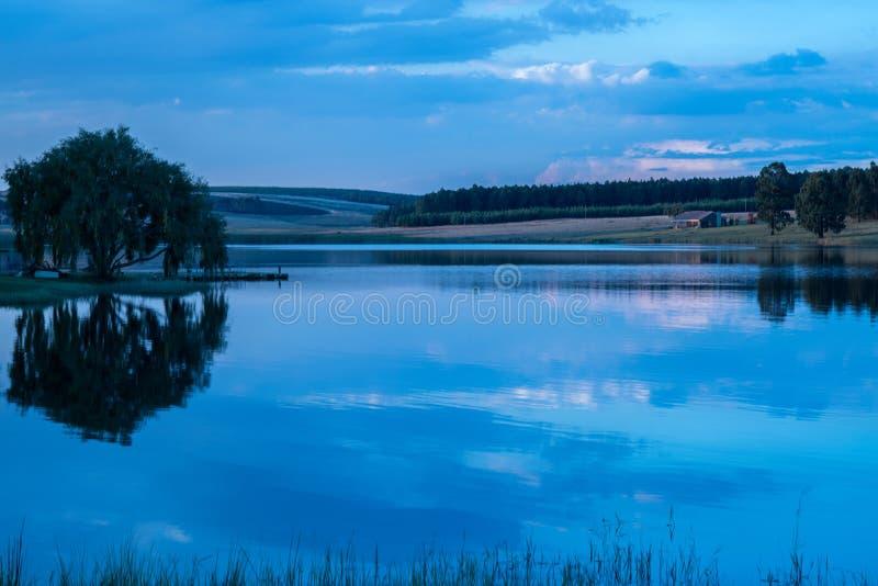 Belles réflexions dans un barrage paisible au lever de soleil photos stock