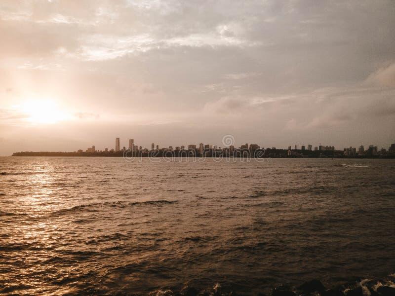 Belles rivière et Manhattan sur l'horizon images stock