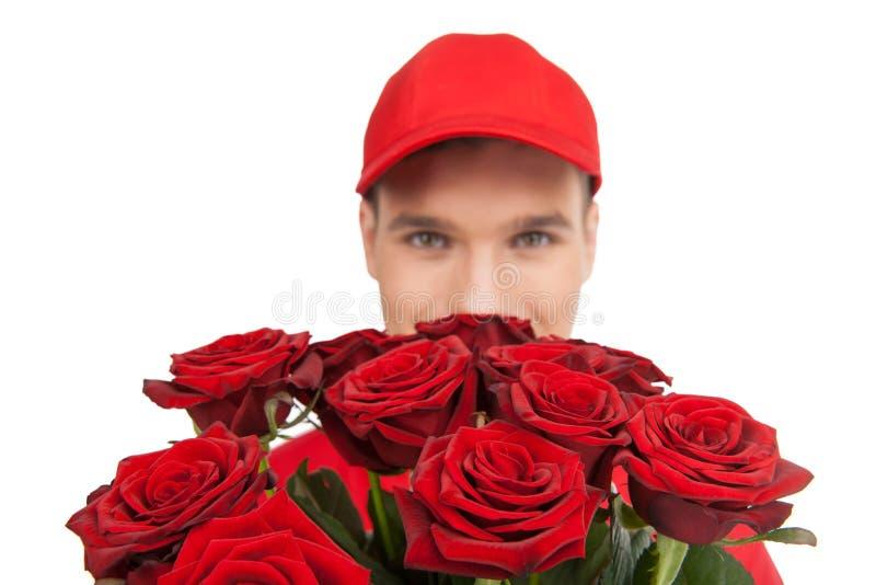 Belles roses pour vous ! Plan rapproché de livreur tenant un groupe images libres de droits