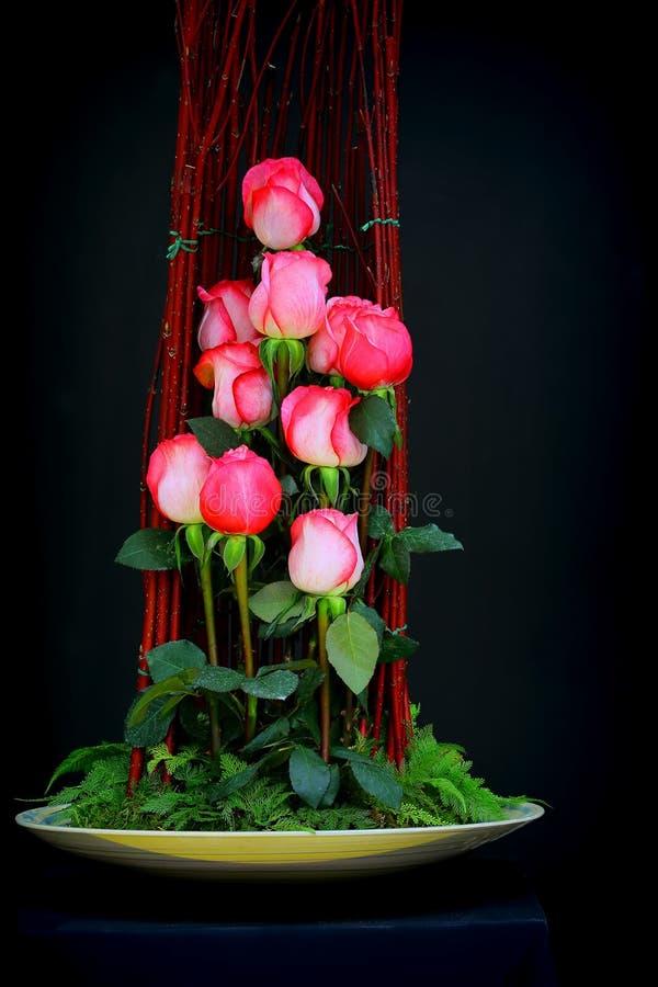 Belles roses roses dans le vase à porcelaine photographie stock