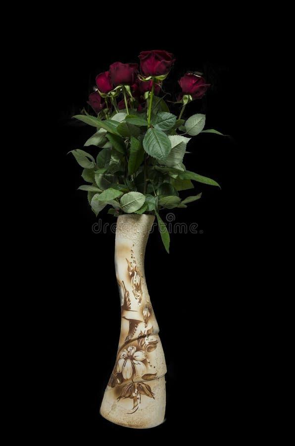 Belles roses rouges dans le vide noir images stock