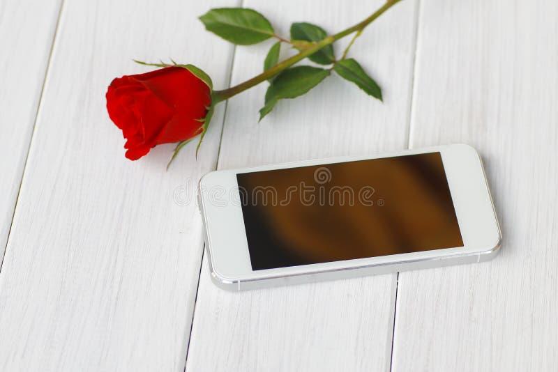 Belles roses rouges sur le plan rapproché de table photos stock