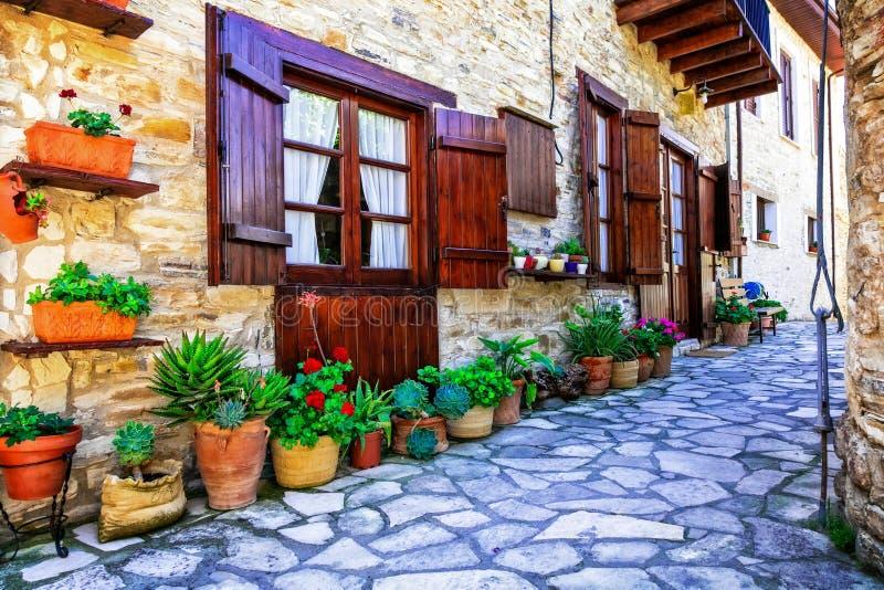 Belles rues et maisons florales de vieux villages traditionnels photographie stock