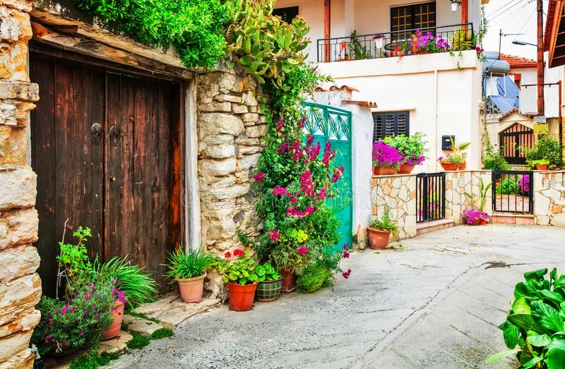 Belles rues florales des villages traditionnels de l'île de la Chypre images stock