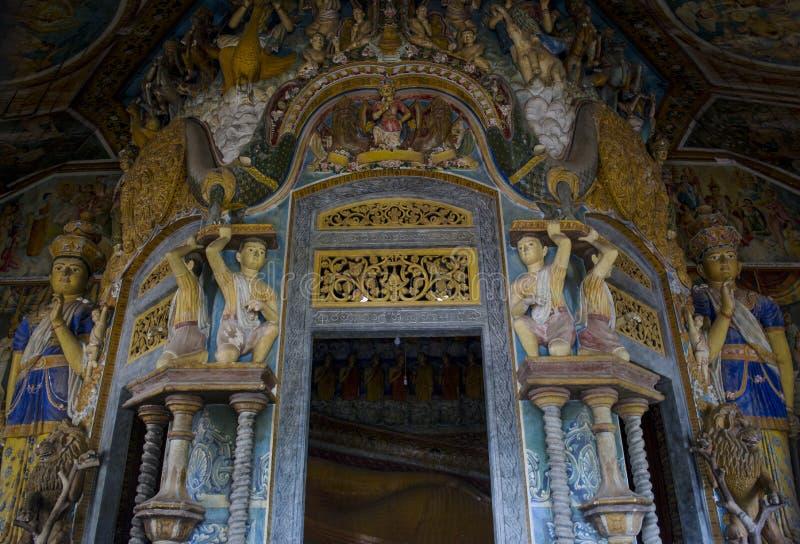 Belles sculptures antiques des saints ordonnés l'entrée dans le temple bouddhiste saint images stock