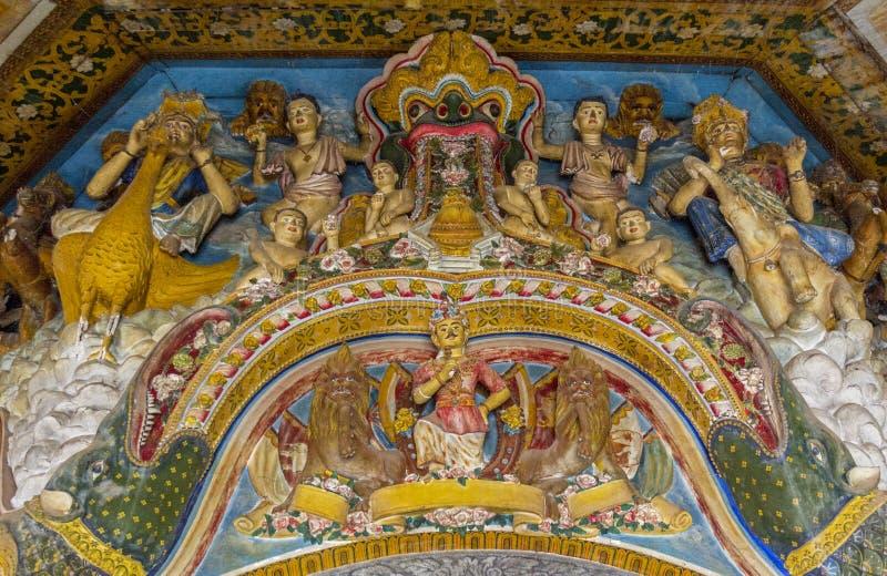 Belles sculptures antiques des saints ordonnés sur le mur dans le temple bouddhiste saint photographie stock libre de droits