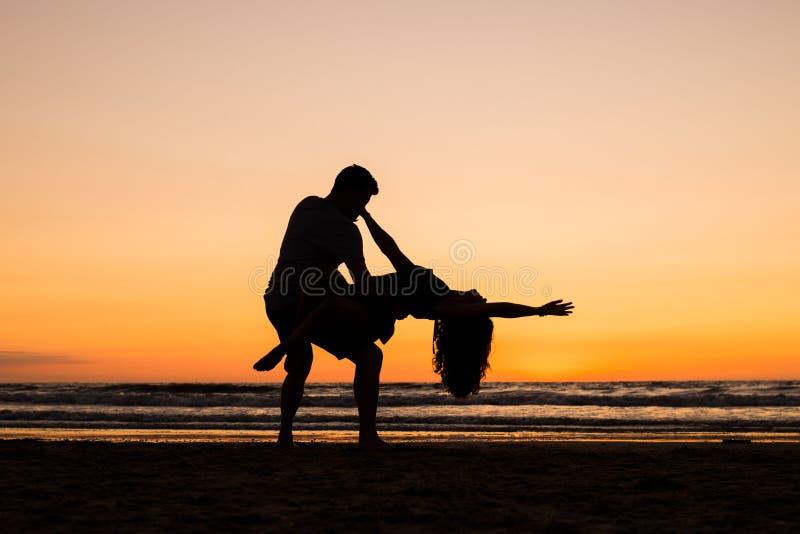 Belles silhouettes des danseurs au coucher du soleil images libres de droits