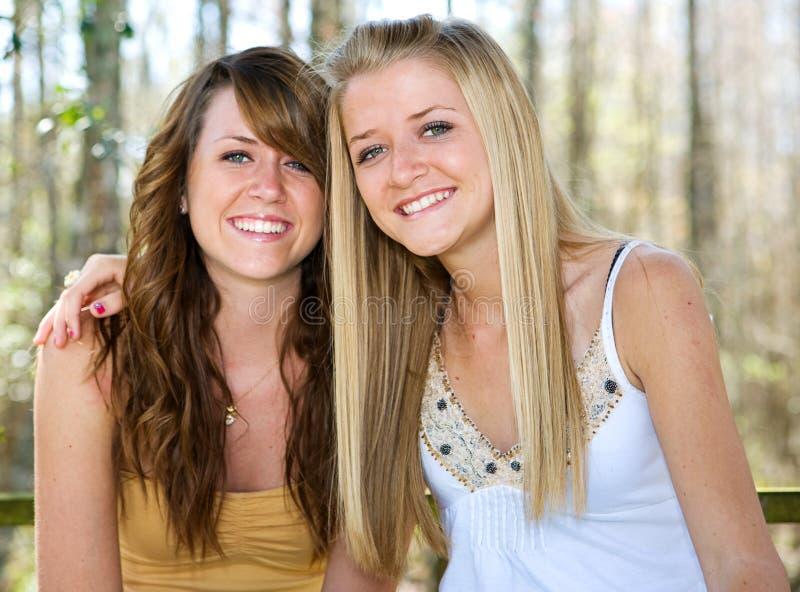 Belles soeurs de l'adolescence en bois photographie stock