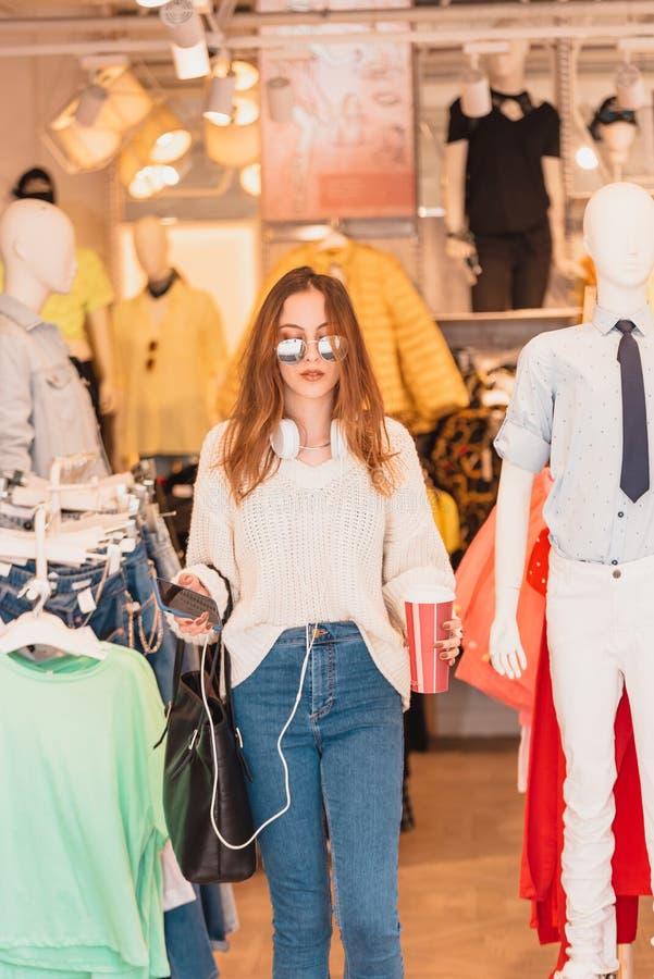 Belles sorties ou promenades de jeune femme ? la mode et au magasin de v?tements photos libres de droits