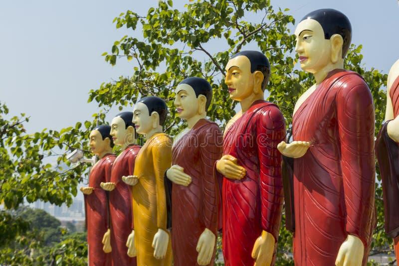 Belles statues color?es des moines bouddhistes au temple image libre de droits