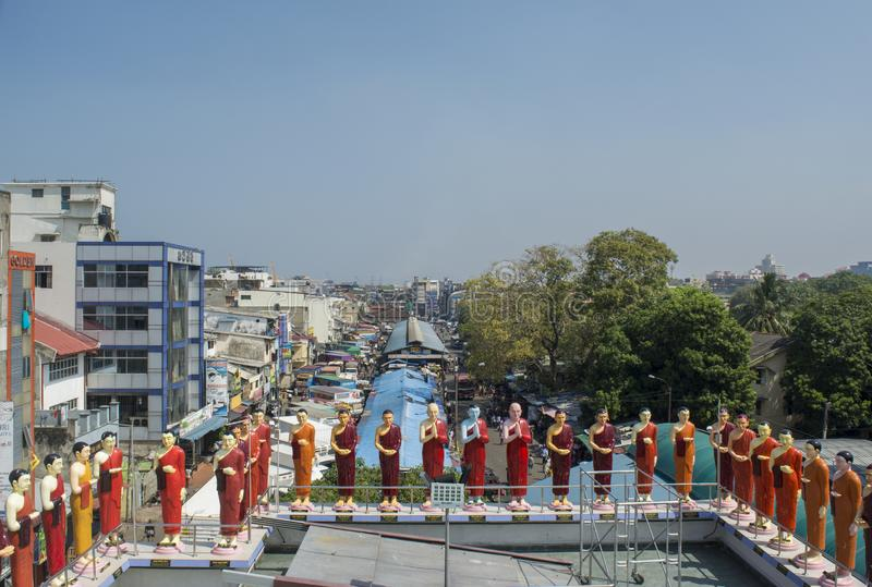 Belles statues color?es des saints et des moines bouddhistes au temple photos libres de droits