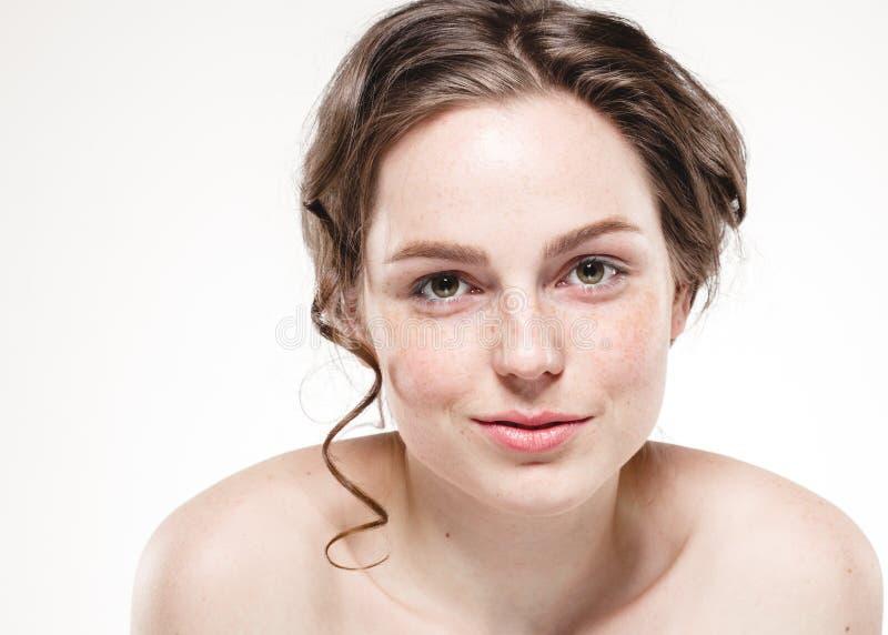 Belles taches de rousseur de femme de visage et cheveux bouclés de mouche photographie stock libre de droits