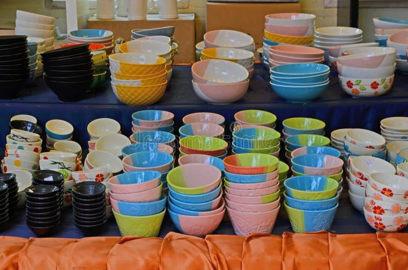 Belles tasses colorées sur l'apparence d'étagères photos libres de droits