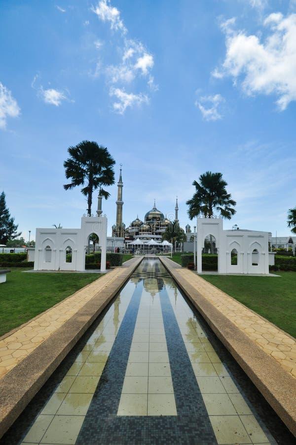 Belles vues de jour ensoleillé au-dessus de la mosquée unique située à Terengganu, Malaisie image libre de droits
