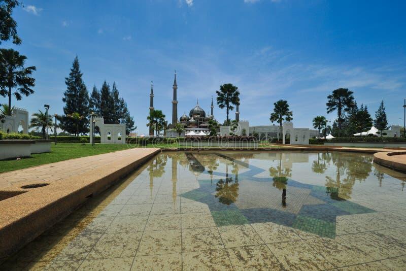 Belles vues de jour ensoleillé au-dessus de la mosquée unique située à Terengganu, Malaisie images libres de droits