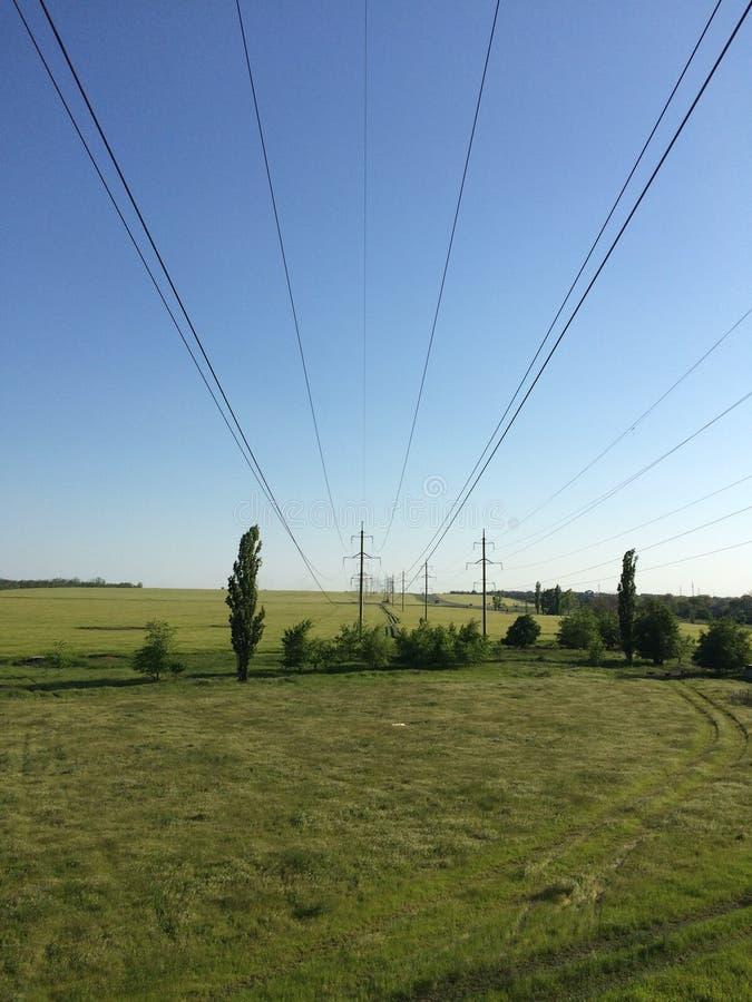 Belles vues du champ dans le village russe ordinaire photos stock