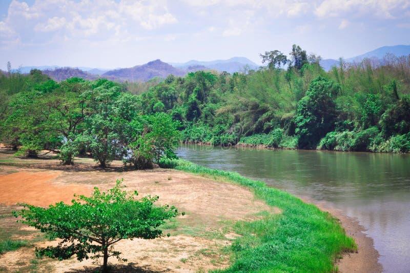 Belles vues scéniques des montagnes, de la rivière et des palmiers en Asie exotique images libres de droits