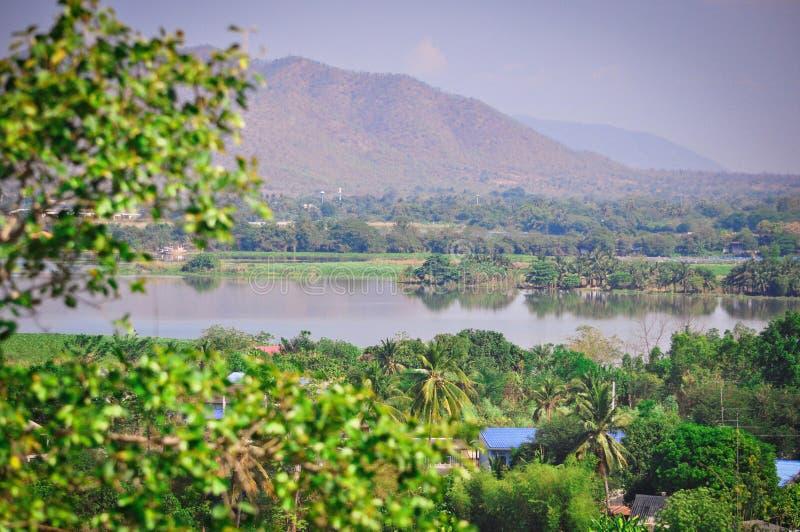 Belles vues scéniques des montagnes, de la rivière et des palmiers en Thaïlande exotique photographie stock libre de droits